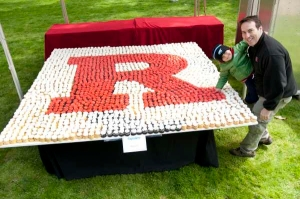 The annual 'R' display consists of more than 2,000 cupcakes